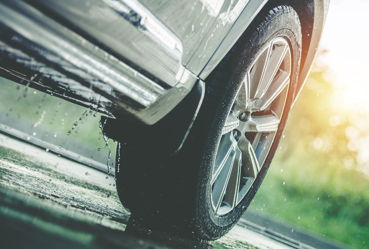 Nya däck i sommarregn
